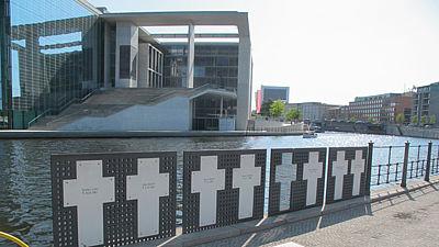 Vzpomínka na lidi, které pohraničníci zastřelili při pokusu překonat Berlínskou zeď kousek od Říšského sněmu.