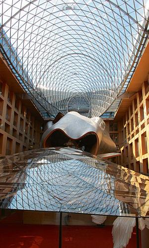 Originální plastika v atriu DZ Bank. Tuto budovu stojící kousek od Braniborské brány navrhl slavný Frank O. Gehry, spoluautor pražského Tančícího domu.