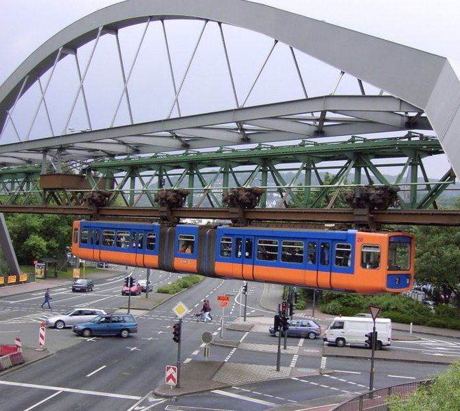 Soubor:Schwebebahn ueber Strasse.jpg
