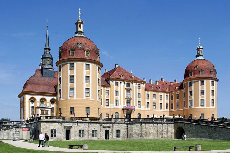 Soubor:Schloss.Moritzburg.Ansicht.von.Suedwest.2005.08.01.530.jpg