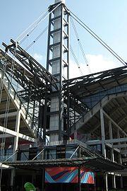 Jeden ze 4 dominantních sloupů na stadionu